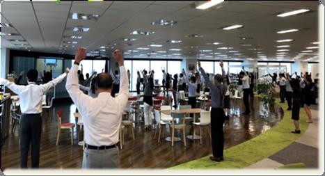 グランフロント大阪オフィスでの朝の体操の様子